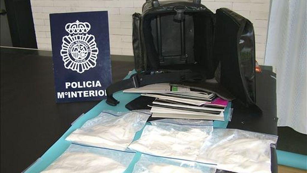 """Una operación desarrollada en la localidad leonesa de Ponferrada ha permitido a la Policía detener a tres personas como supuestas responsables de un delito de tráfico de drogas e incautarse de 3 kilogramos de ketamina, 500 gramos de speed y 3 kilogramos de hachís, entre otras sustancias. En la imagen parte del material incautado en la operación policial, denominada """"Cool"""". EFE"""