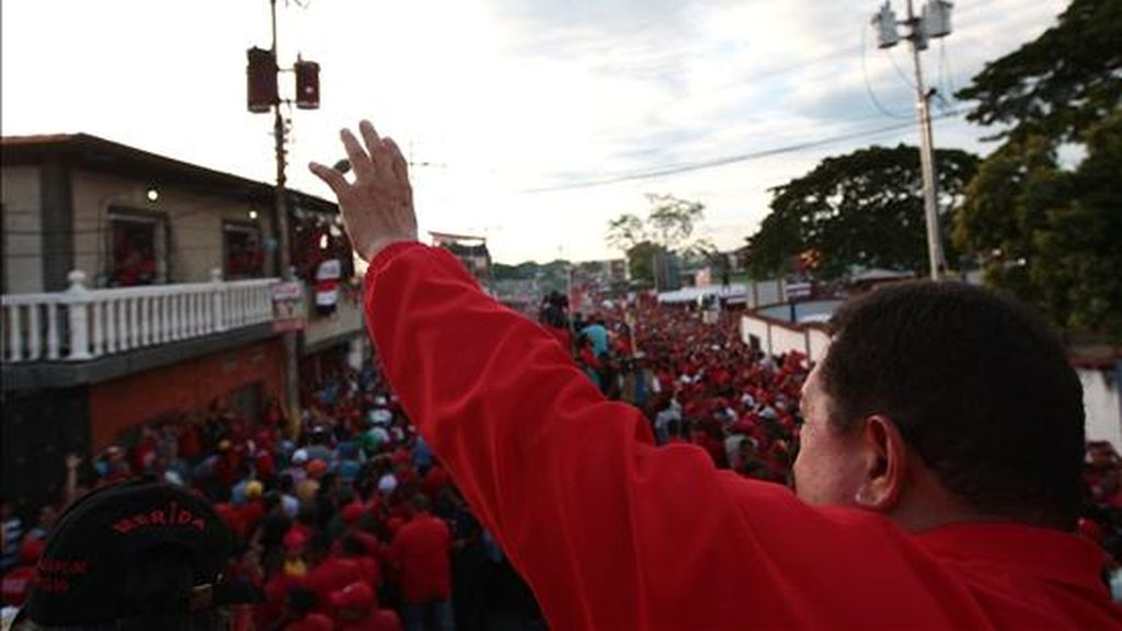 Fotografía cedida por el Palacio de Miraflores disponible en la que se observa al presidente venezolano, Hugo Chávez, durante un rally de campaña política este 20 de septiembre de 2010, en la localidad de El Vigía, Estado Mérida (Venezuela). EFE
