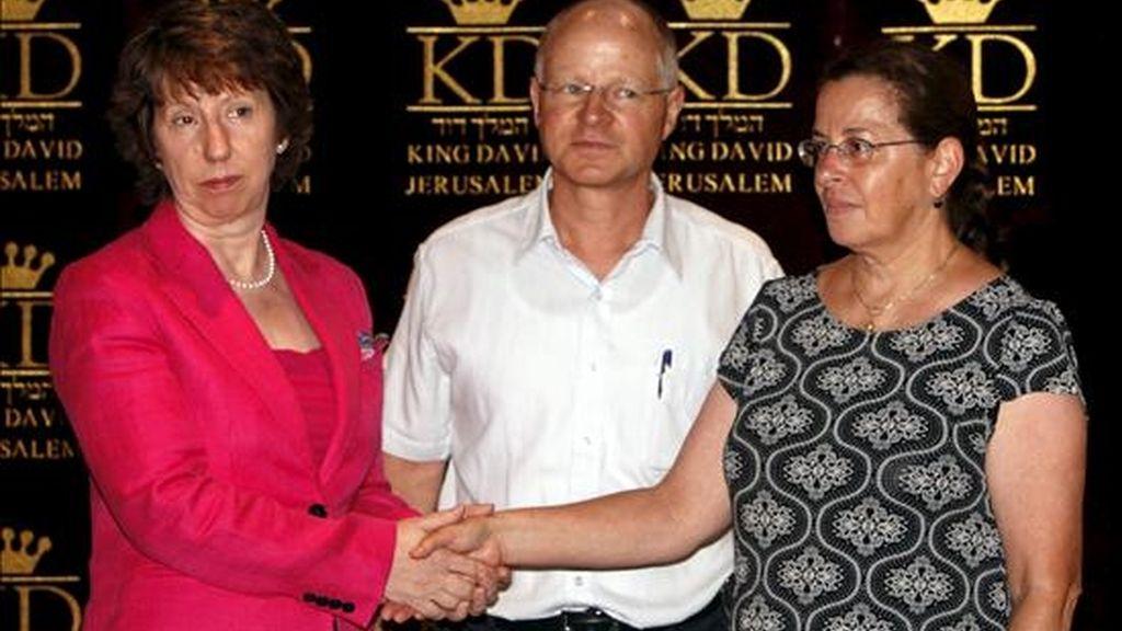 Catherine Aston (i), alta representante de la Unión Europea para Asuntos Exteriores y Política de Seguridad, con Noam y Aviva Shalit, los padres del soldado israelí secuestrado Gilad Shalit, este lunes. EFE