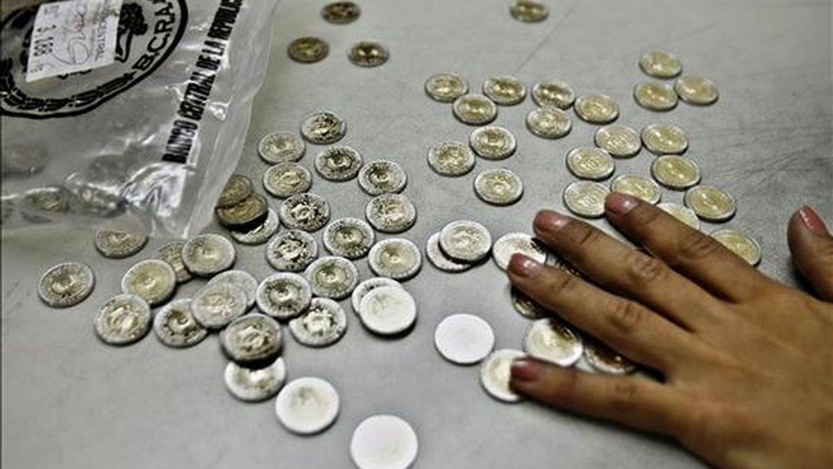 El déficit de monedas agobia a Argentina desde mediados de 2007 y y ha dado origen a un mercado negro en el que se paga un sobreprecio del tres al 10 por ciento por los billetes que pretenden cambiarse por metálico. EFE/Archivo
