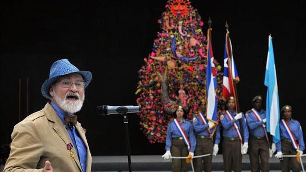 """El artista plástico puertorriqueño Antonio Martorell pronuncia un discurso tras ser condecorado con la medalla """"Haydee Santamaría"""" que otorga el Consejo de Estado de la República de Cuba. EFE"""