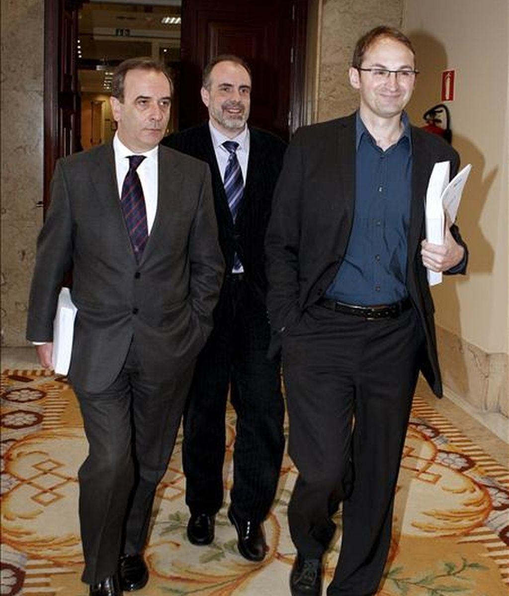 El portavoz del grupo socialista, José Antonio Alonso (i), junto al de ICV en el Congreso, Joan Herrera (d), y al secretario general de ERC, Joan Ridao, a su llegada a la reunión de la Junta de Portavoces en la Cámara Baja. EFE