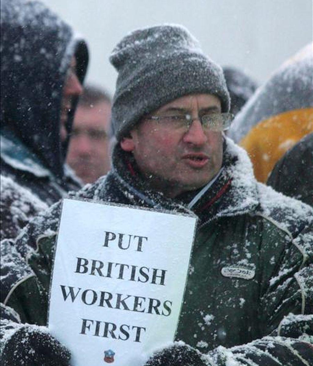 En la imagen, varios empleados se manifiestan contra de la contratación de trabajadores extranjeros a las afueras de la refinería de Lindsey en Immingham, Lincolnshire, Reino Unido. EFE/Archivo