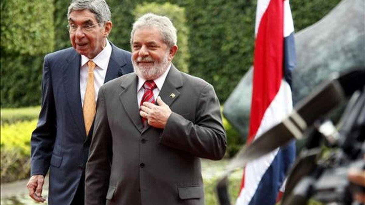 El presidente de Brasil, Luiz Inácio Lula da Silva (d), es recibido por su homólogo de Costa Rica, Óscar Arias (i), a su llegada a la Casa Presidencial en San José (Costa Rica), durante una visita oficial al país. EFE