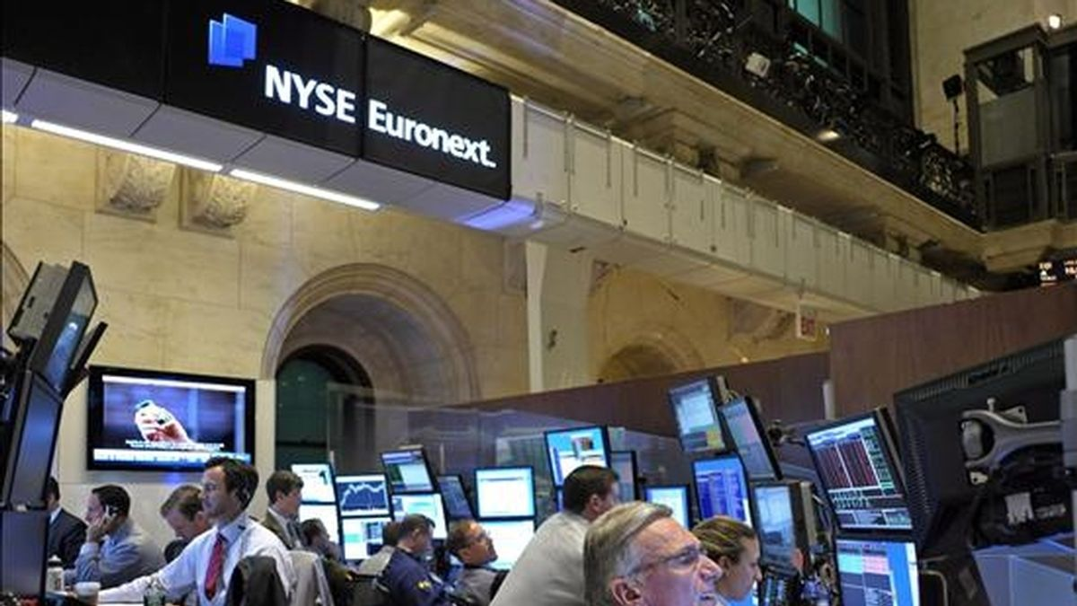 El índice Dow Jones de Industriales retrocedió 41,49 puntos y se situó en 9.732,53 unidades, al tiempo que el selectivo S&P 500 bajó el 0,32% (-3,34 enteros), a 1.027,37 puntos. EFE/Archivo