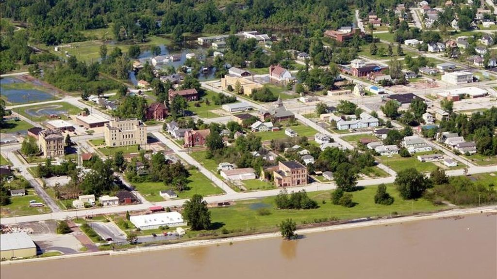 Imagen aérea del pasado 3 de mayo en la que se observa la población de Cairo, Illinois (EE.UU.), rodeada por la inundación del río Ohio (abajo) y la del río Mississippi (arriba, fuera de cuadro). EFE/Archivo