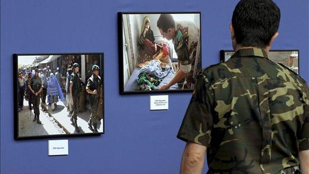 """La exposición fotográfica """"20 años de misiones de paz"""", que hoy se inaugura en el Palacio Real de Valadolid, rinde homenaje al trabajo de los soldados españoles que han participado en ese tiempo en cometidos pacíficos en los cinco continentes. EFE"""