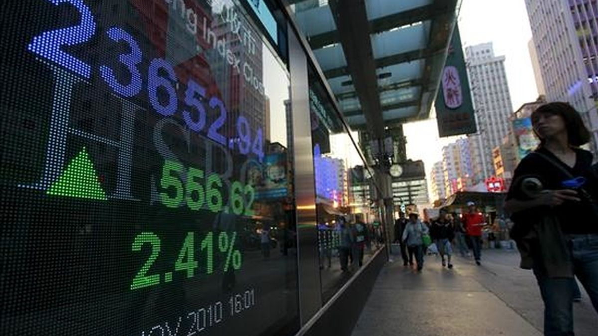 Pantalla electrónica con los resultados del índice Hang Seng en el mercado de valores de Hong Kong (China). EFE/Archivo
