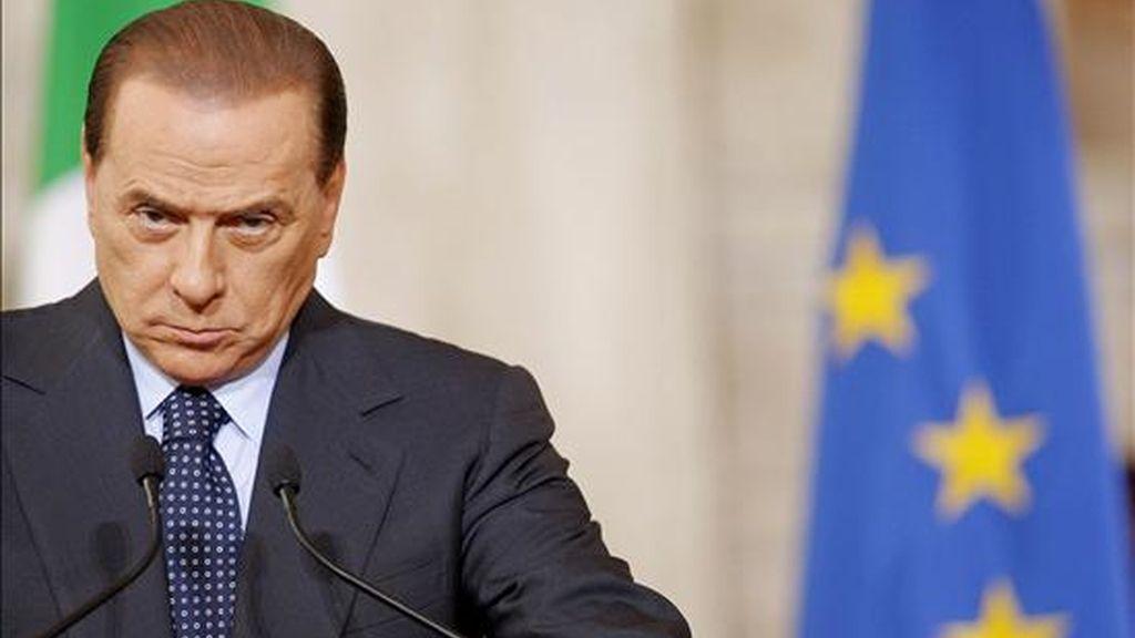 """El primer ministro italiano, Silvio Berlusconi, durante la rueda de prensa que ofreció al término de la cumbre social de los países del G-8 que se celebró en Roma, Italia, hoy martes 31 de marzo. El objetivo de la reunión de tres días es tratar el impacto de la crisis económica en el empleo, con atención especial a """"la dimensión humana de la crisis"""". EFE"""
