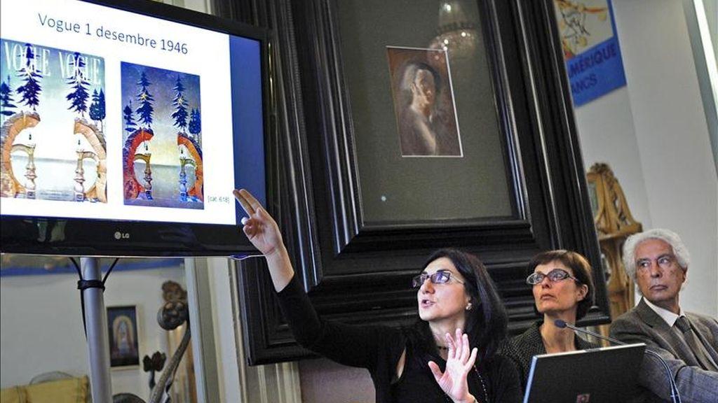 El director del Teatro-Museo Dalí de Figueras, Antoni Pitxot, acompañado de la directora del Centro de Estudios Dalinianos, Montse Aguer (c), y una de las coordinadoras del proyecto, Carmen Ruiz, durante la presentación hoy en Figueras del tercer tramo del catálogo razonado de la obra en óleo de Salvador Dalí. EFE