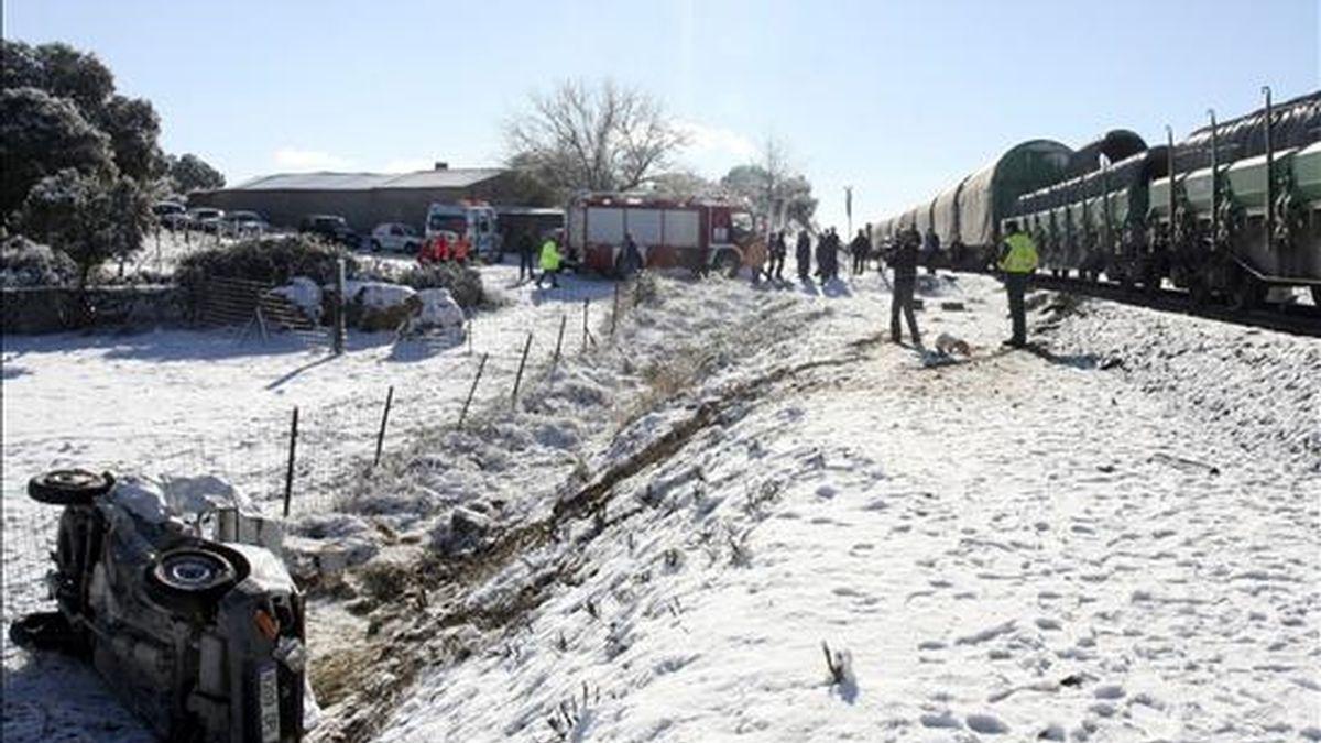 Efectivos de los servicios de emergencia, en el lugar donde un hombre murió hoy al recibir la furgoneta que conducía el impacto de un tren de mercancías, en un paso a nivel en Fuentes de Oñoro. EFE
