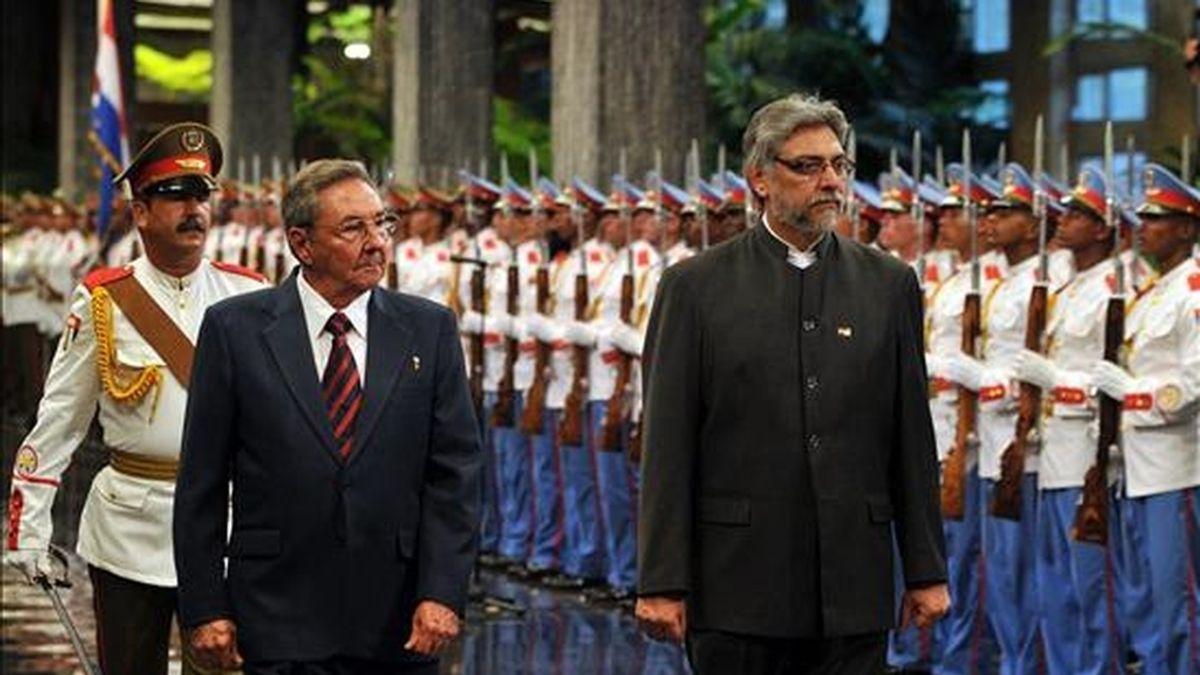 El presidente cubano, Raúl Castro, y su homólogo de Paraguay, Fernando Lugo, pasan revista a las tropas para la ceremonia oficial de recibimiento en el Palacio de la Revolución de La Habana. EFE