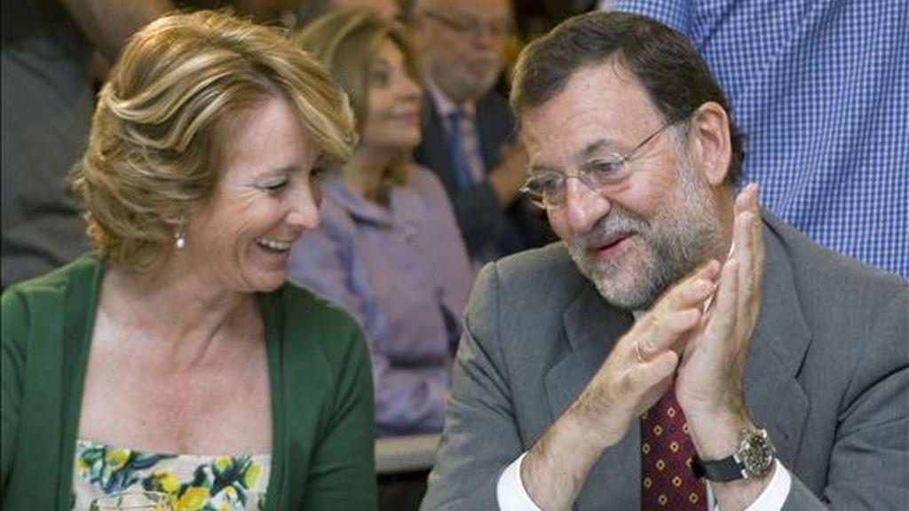 El presidente del PP, Mariano Rajoy, y la presidenta de la Comunidad de Madrid, Esperanza Aguirre, conversan durante el desayuno informativo organizado en la capital por Europa Press, que contó con la intervención de la secretaria general de los populares, María Dolores de Cospedal. EFE