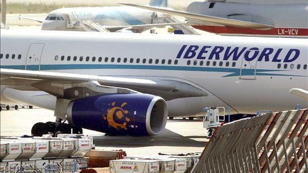 En la imagen, un avión de la compañía Iberworld, modelo Airbus A330, en el aeropuerto de Barcelona. Un avión de esta compañía ha tenido que regresar al de Gran Canaria 10 minutos después de salir por problemas en el motor. EFE/Archivo
