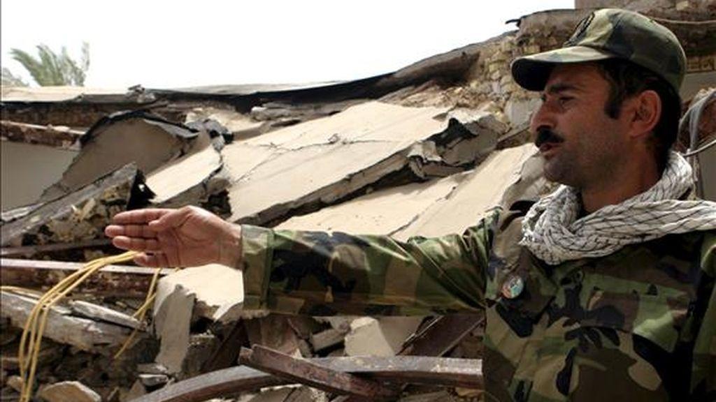 Un policía inspecciona los desperfectos causados por explosiones que destruyeron el centro de Ahvaz, en el suroeste iraní. EFE/Archivo