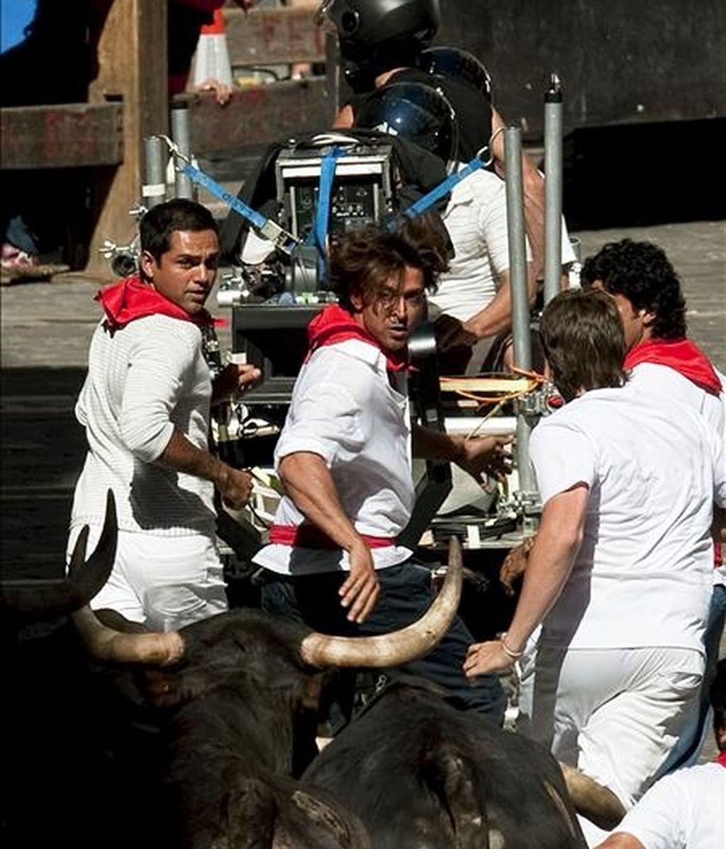 """Los tres protagonistas corren delante de los astados durante la recreación de los encierros de los sanfermines en el rodaje en Pamplona de la película india """"Zindagi milegi da dobara"""" (""""Solo se vive una vez""""), del director Zoya Akhtar, primer largometraje de la industria de Bollywood que se filma en España. EFE"""
