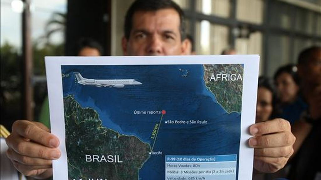 El teniente coronel de la Fuerza Aérea brasileña, Henry Munhoz, muestra el pasado 11 de junio, en el CINDACTA III en la ciudad de Recife, durante una rueda de prensa un reporte de la última actualización del área de búsqueda de los cuerpos y restos tras el accidente del avión Airbus A330-200 de Air France que cayó al Atlántico. EFE/Archivo