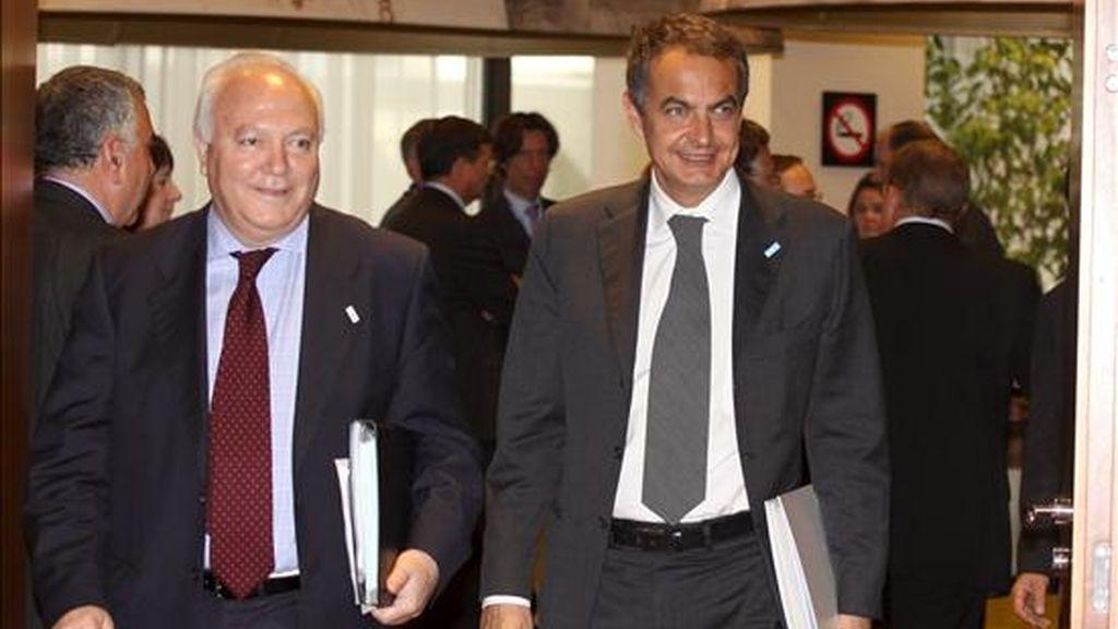 El presidente del Gobierno, José Luis Rodríguez Zapatero (d), y el ministro de Asuntos Exteriores, Miguel Angel Moratinos, llegan a la reunión la Cumbre de la Unión Europea celebrada en la sede del Consejo Europeo en Bruselas. EFE
