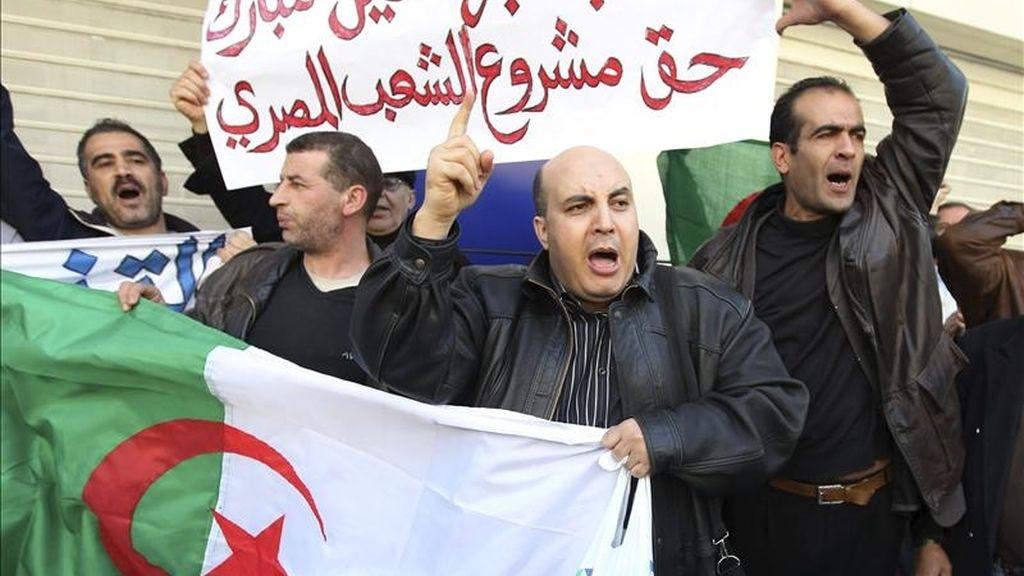 Unos hombres argelinos se manifiestan en Argel, Argelia. EFE/Archivo