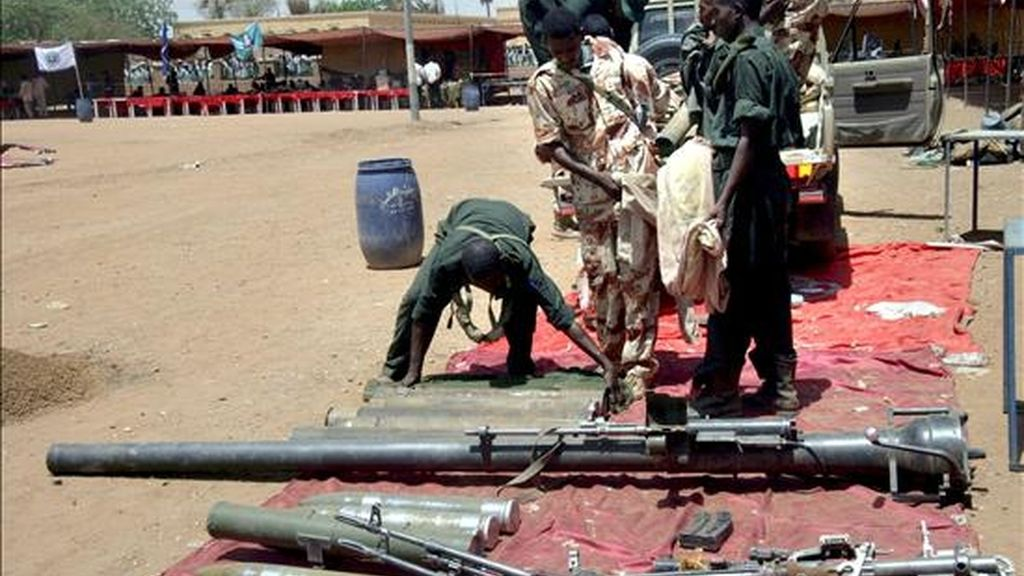 Miembros del Ejército sudanés muestran armas confiscadas al grupo rebelde Movimiento de Justicia e Igualdad. EFE/Archivo