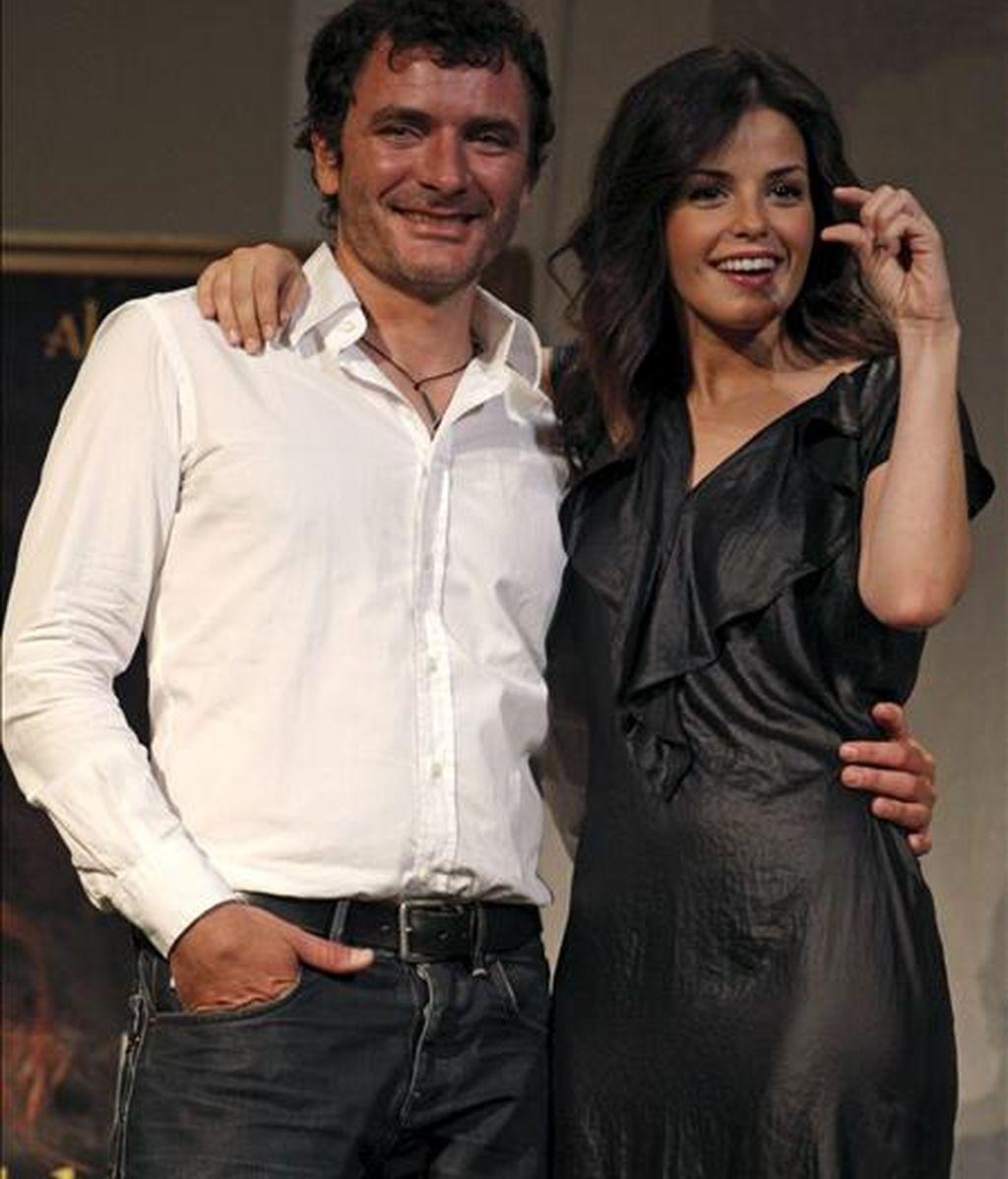 """Los actores Alex Brendemühl y Marta Torné, durante la presentación de la obra """"Más allá del puente"""", de David Botello que se representa en el Teatro Lara de Madrid. EFE"""