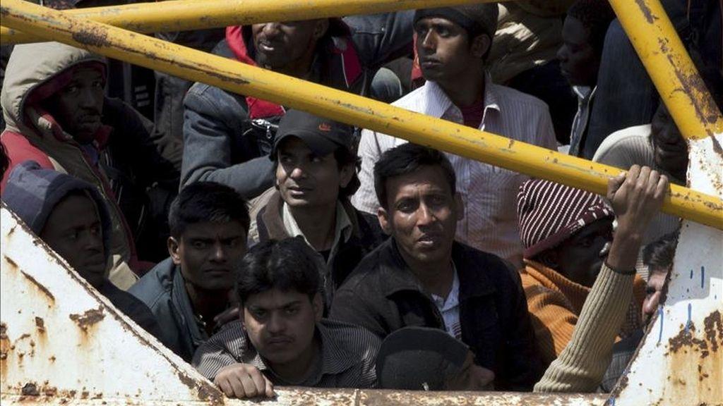 Inmigrantes procedentes de Libia a bordo de un bote llegan a la isla italiana de Lampedusa, el pasado 19 de abril. EFE/Archivo