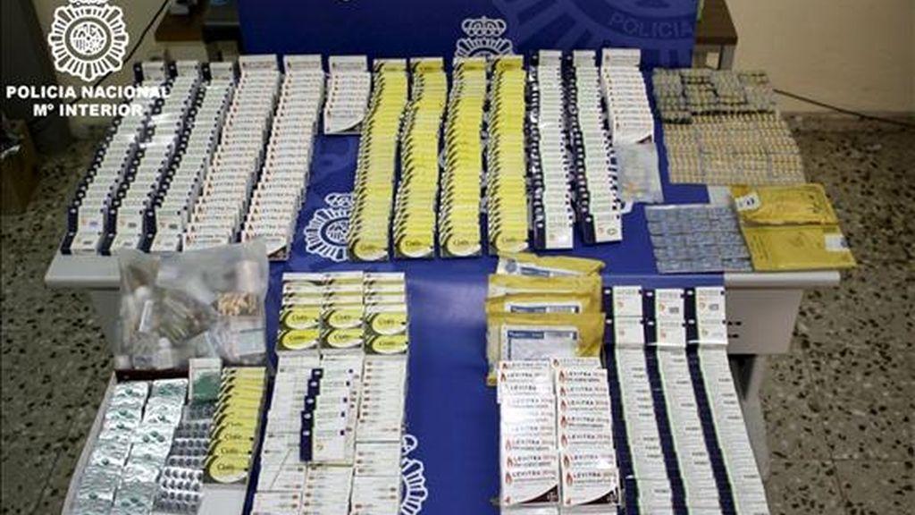 La Policía Nacional ha intervenido más de 9.000 dosis falsas de Viagra que se vendían a través de Internet en una operación en la que han sido detenidas cuatro personas por importar y distribuir decenas de miles de pastillas en España, lo que les podría haber reportado un beneficio de más de 50.000 euros. EFE/Ministerio del Interior
