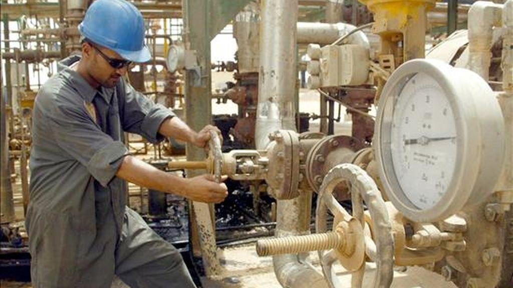 Un operario abre una válvula en una refinería de Najaf, en Irak. EFE/Archivo
