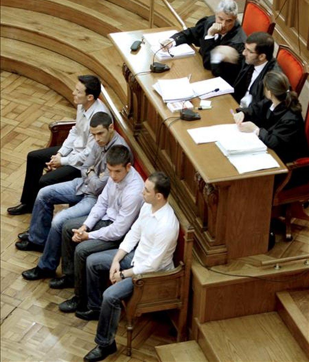 En la imagen, los cuatro Mossos d'Esquadra durante el juicio en la Audiencia de Barcelona acusados de agredir a un detenido y falsificar el atestado de lo ocurrido. EFE/Archivo