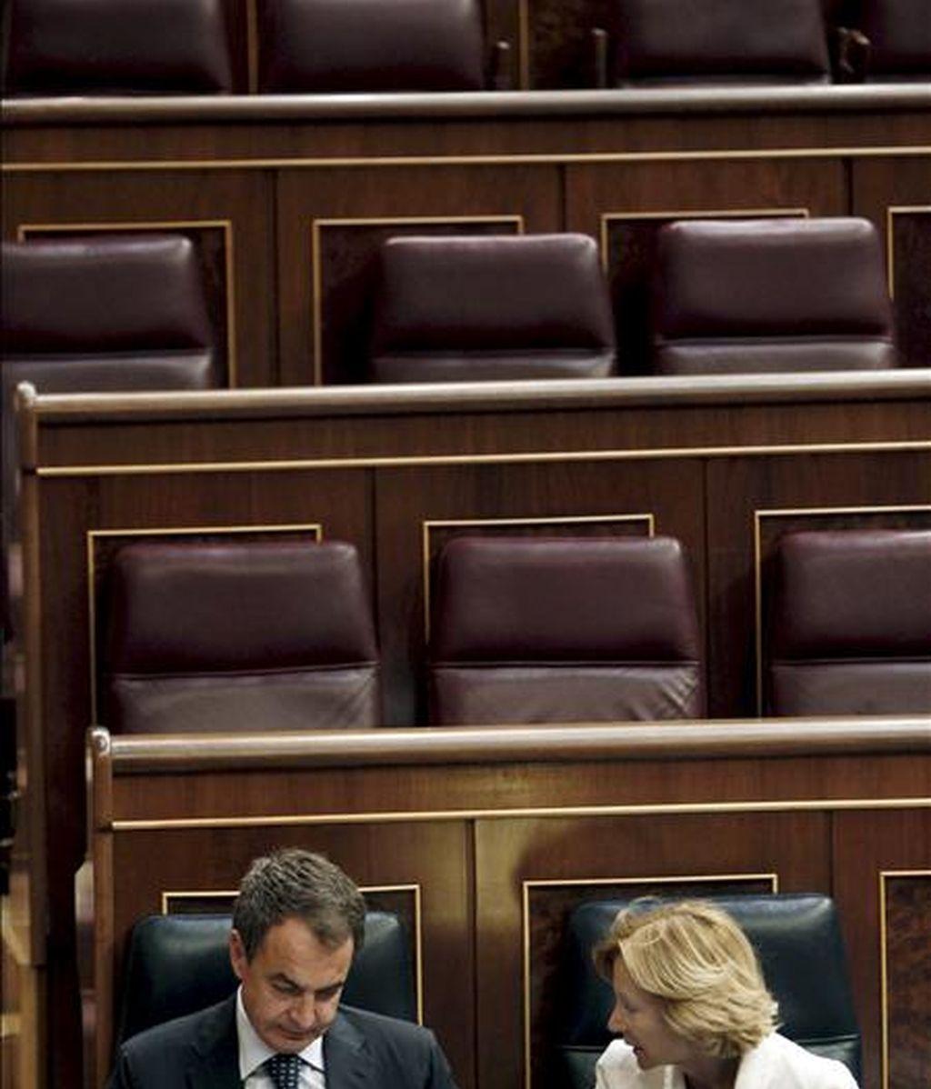 El presidente del Gobierno, José Luis Rodríguez Zapatero, escucha a la vicepresidenta segunda, Elena Salgado, durante el pleno del Congreso de los Diputados que hoy debate y vota las enmiendas a la totalidad del proyecto de Ley de Economía Sostenible. EFE