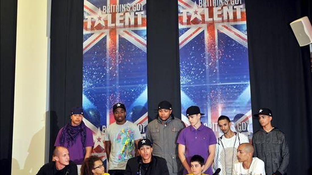 Los miembros del grupo de danza 'Diversity' asisten a una rueda de prensa mantenida en el centro Sony Entertainment HQ en Londres (Reino Unido), tras alzarse con el primer puesto en el concurso 'Britain's Got Talent'. Susan Boyle fue segunda. EFE