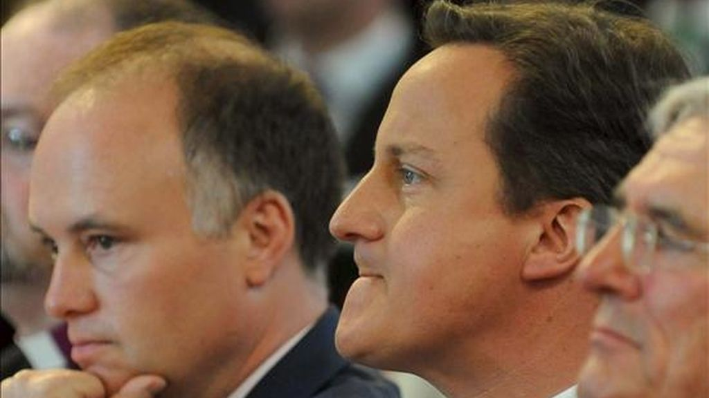 El primer ministro británico, David Cameron (c), en un coloquio sobre su plan de política social en la Universidad Liverpool Hope de Liverpool (Reino Unido) este lunes. EFE
