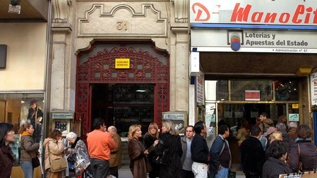 Largas filas para comprar lotería en Doña Manolita