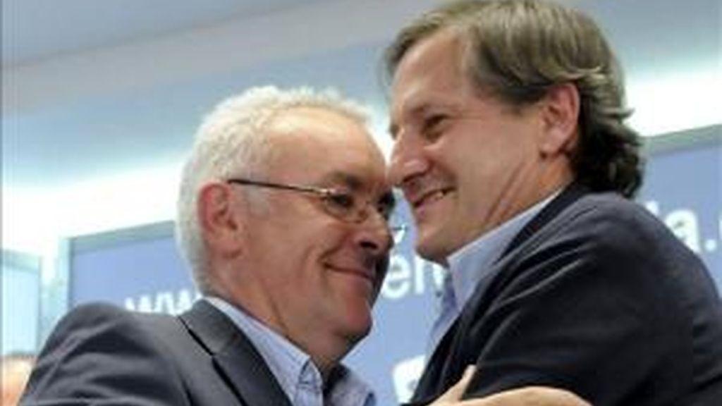 El candidato al Parlamento Europeo de IU, Willy Meyer (d) y el coordinador general de Izquierda Unida, Cayo Lara, tras valorar los resultados de las elecciones europeas. EFE