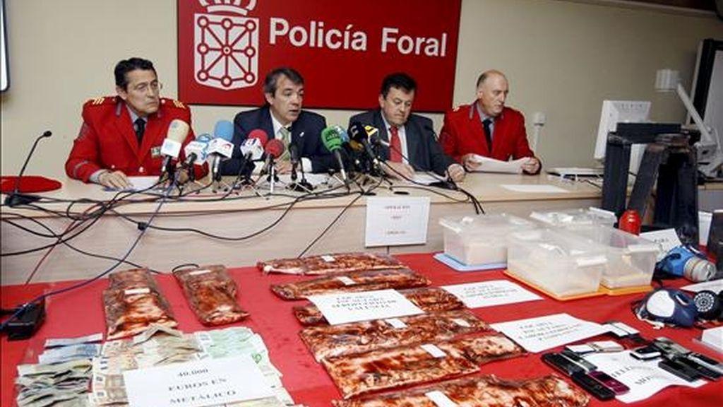 """El jefe de la Policía foral, Alfonso Fernández Díaz (i), el comisario principal del área de Investigación de la Policía Foral, Juan José Salaberri (d), el director general de Interior, Juan Ramón Rábade (2d) y el consejero de Interior del Gobierno de Navarra, Javier Caballero (2i), durante la rueda de prensa en la que han dado a conocer hoy, en lo que supone su """"operación más importante"""" hasta la fecha contra el narcotráfico. EFE"""