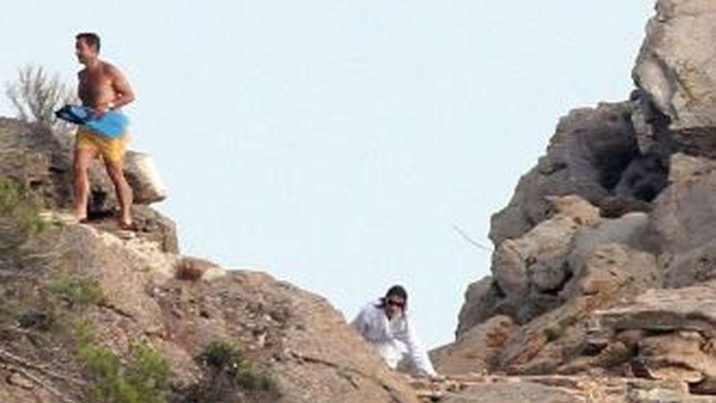 El presidente francés y su esposa en un paseo por el acantilado de Cap Nègre.