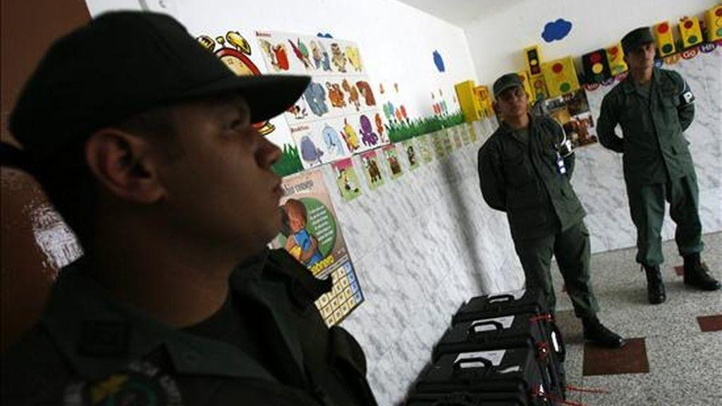 Militares trasladan a diferentes escuelas en Caracas (Venezuela) el material electoral que será utilizado el próximo domingo en el referendo, que decidirá si se enmienda la Constitución para permitir la reelección sin límites. EFE