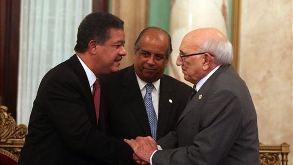 El presidente dominicano, Leonel Fernández (i), saluda al ciudadano español Juan Gil (d), durante un homenaje en el Palacio Nacional de Santo Domingo (Rep. Dominicana), a los cuatro mil hombres y mujeres de esa misma nacionalidad que llegaron hace setenta años al país tras el término de la Guerra Civil. EFE