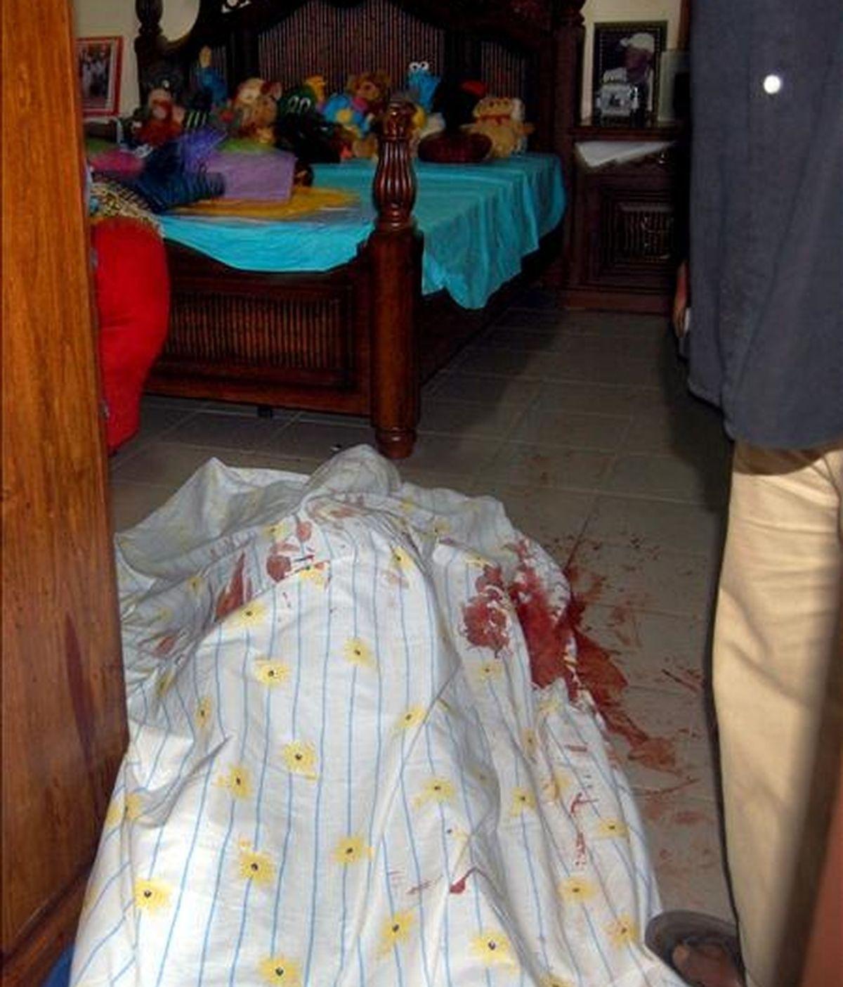 """El cuerpo sin vida del candidato a la presidencia Baciro Dabo yace en el suelo de su casa en Bissau, Guinea Bissau, hoy viernes 5 de junio. Según ha informado la radio pública guineana, el aspirante a presidente fue asesinado por """"hombres armados no identificados"""", que entraron en su casa a primeras horas de hoy y le dispararon varias veces. EFE"""