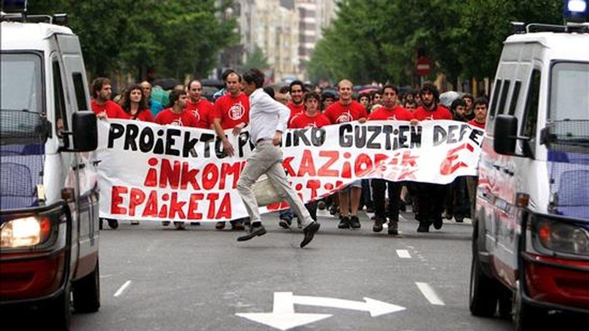 Varios de los miembros de la organización juvenil SEGI, durante una manifestación. EFE/Archivo