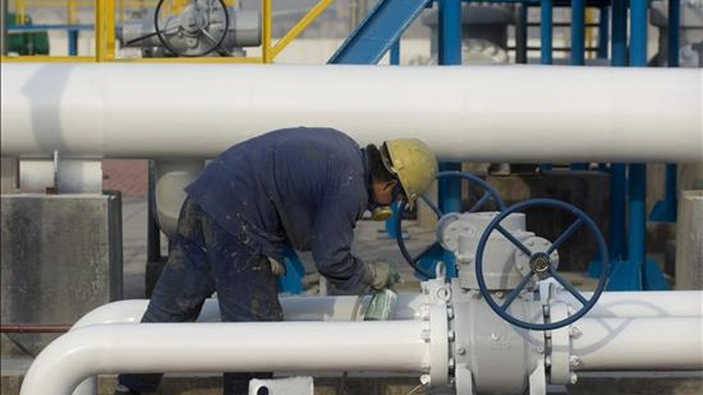 Un operario trabaja en la refinería situada en el parque tecnológico de Qingdao. EFE/Archivo