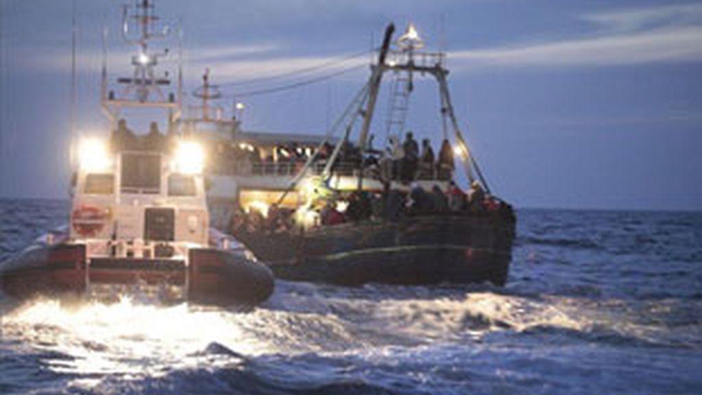 """Los buques de la Alianza """"son conscientes de sus obligaciones de salvaguardar vidas en el mar"""", ha recalcado la OTAN. Vídeo: Informativos Telecinco."""