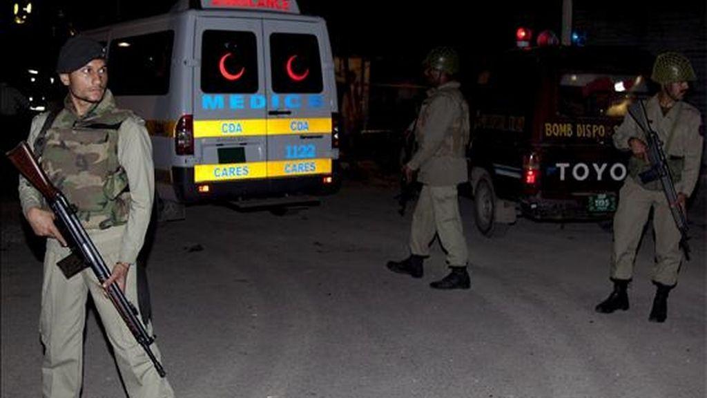 Soldados paramilitares pakistanís hacen guardia en un lugar donde estalló un bomba el pasado mes, en Islamabad. EFE/Archivo