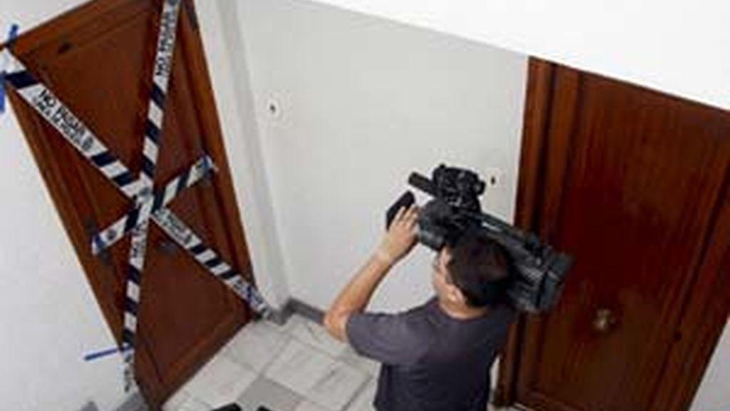 La puerta de la vivienda que compartían la víctima y sus supuesto agresor y donde se cometió el crimen. Foto: EFE