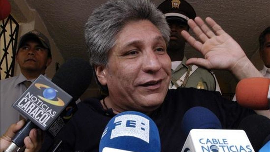 En la imagen, el ex diputado colombiano del Valle Sigifredo López habla a la prensa el 6 de febrero de 2009, en su casa en Cali (Colombia). EFE/Archivo