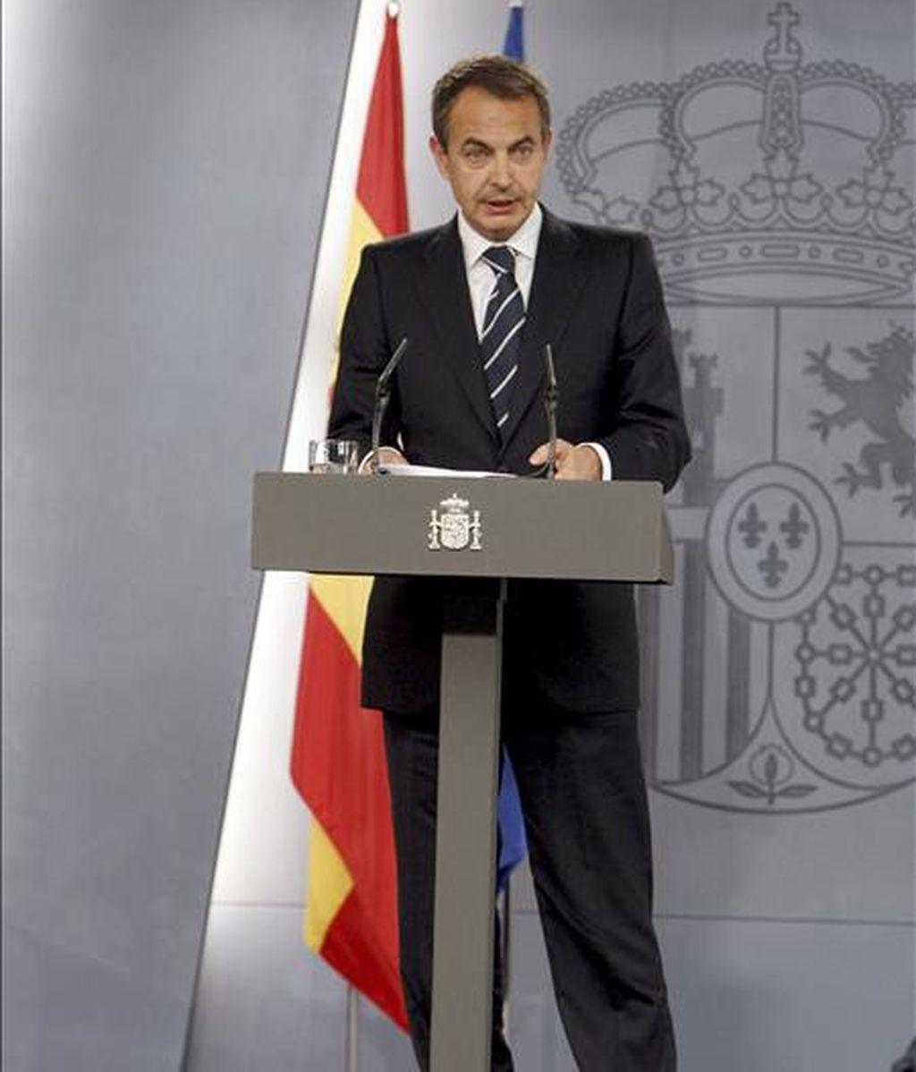 El presidente del Gobierno, José Luis Rodríguez Zapatero, durante la rueda de prensa en la que ha anunciado hoy la remodelación de su Gabinete, tras entrevistarse con el Rey Juan Carlos, para comunicarle los cambios que va a introducir en el Ejecutivo. EFE