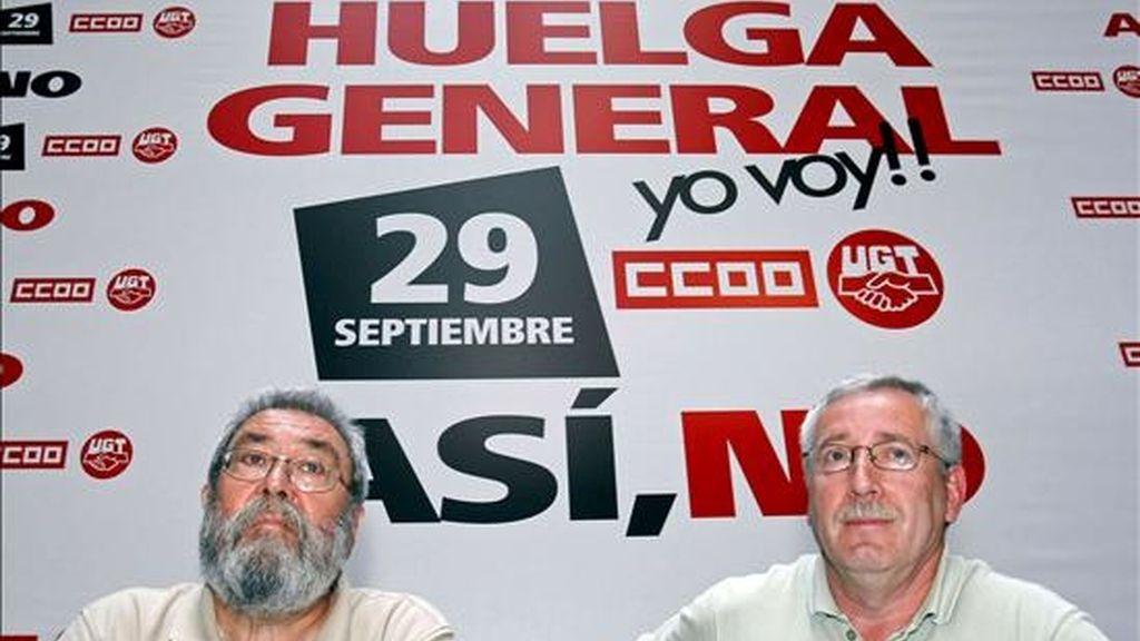 Los secretarios generales de UGT, Cándido Méndez (i), y de CC.OO, Ignacio Fernández Toxo, esta mañana en Santander donde se han reunido con los delegados nacionales para preparar las acciones de cara a la huelga del 29 de Septiembre. EFE