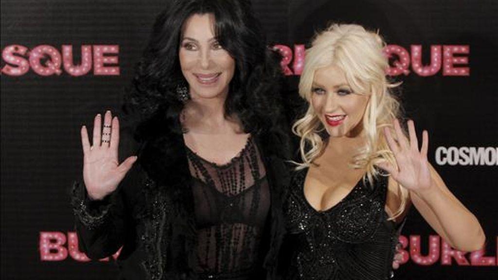 """La cantante y actriz Cher (i) y la cantante Christina Aguilera posan durante la premiere de """"Burlesque"""", en Madrid. EFE"""