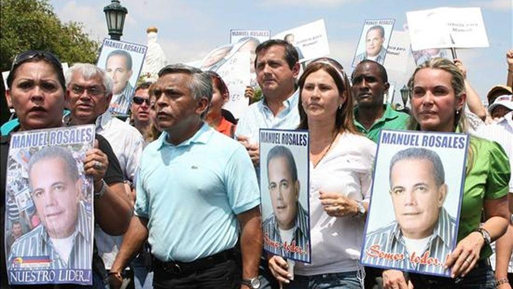 La esposa de Manuel Rosales, Evelyng de Rosales (d), encabezó en Maracaibo (Venezuela), una marcha en apoyo a su marido, el líder opositor venezolano y alcalde de Maracaibo, Manuel Rosales, quien no se presentó este lunes a la audiencia preliminar por un caso de presunta corrupción a la que estaba convocado en un tribunal de Caracas. EFE