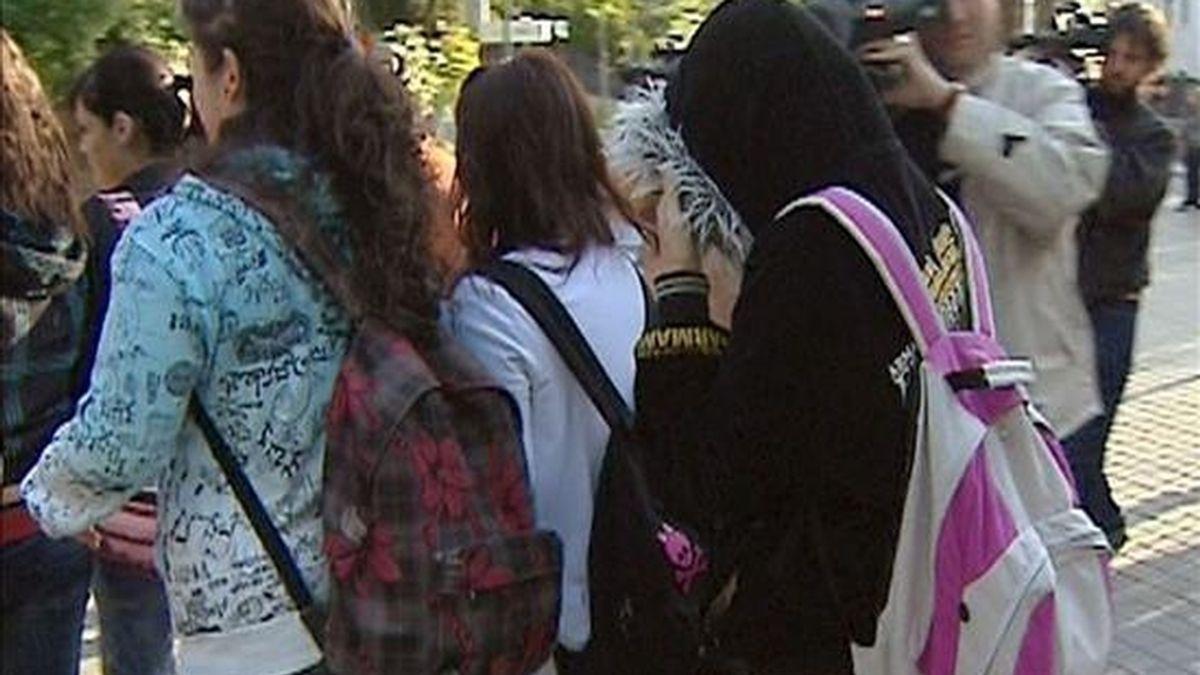 Najwa Malha (d), la joven que fue apartada de su instituto, el Camilo José Cela, por llevar velo islámico, ayer en Pozuelo de Alarcón. EFE